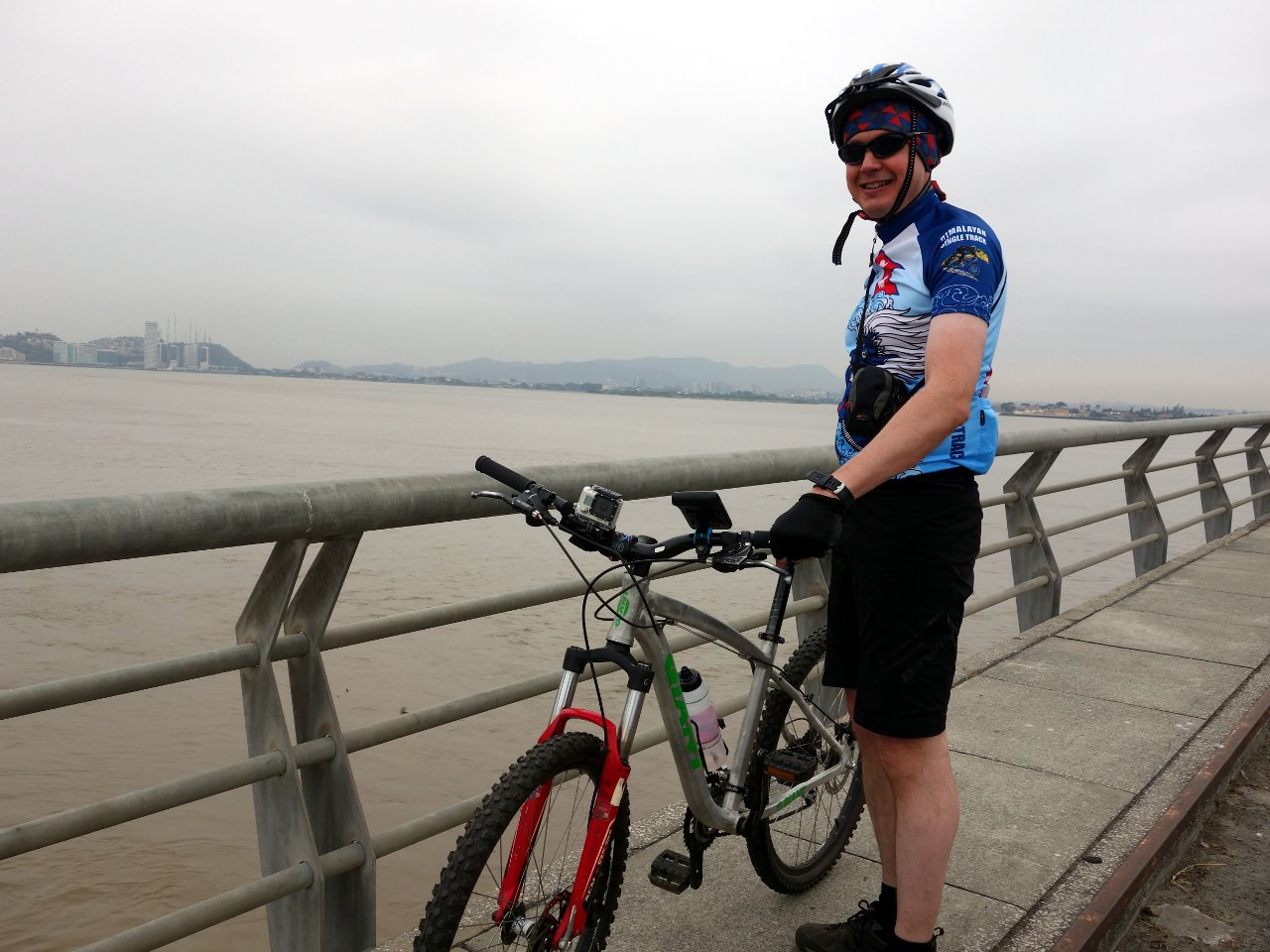 The starting point of our challenge - the Babahoyo River bridge with Guayaquil behind.