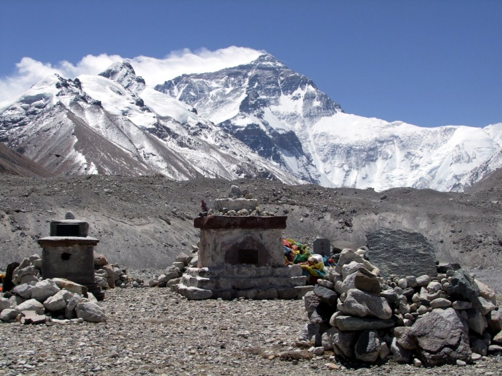 Memorials to those who have died climbing Everest from Tibet