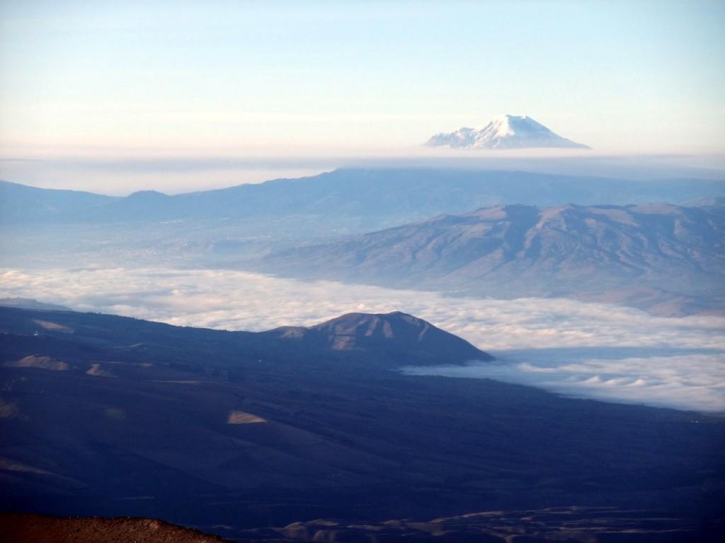 Una vista distante del Chimborazo desde la cumbre del Cotopaxi