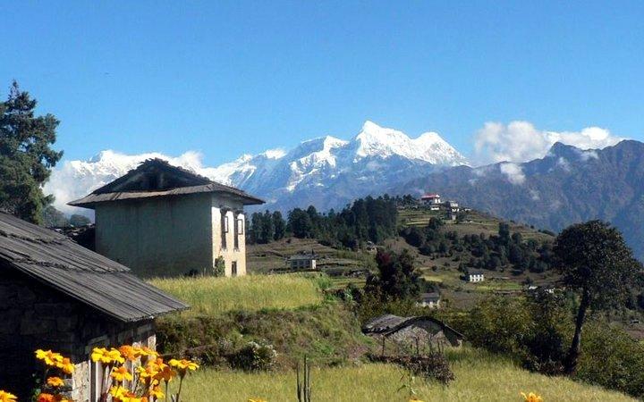 Himalayan peaks rise above the village of Goli (Photo: Josep Pérez)
